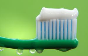 Diş fırçalamadan önce fırçayı ıslatmayın!